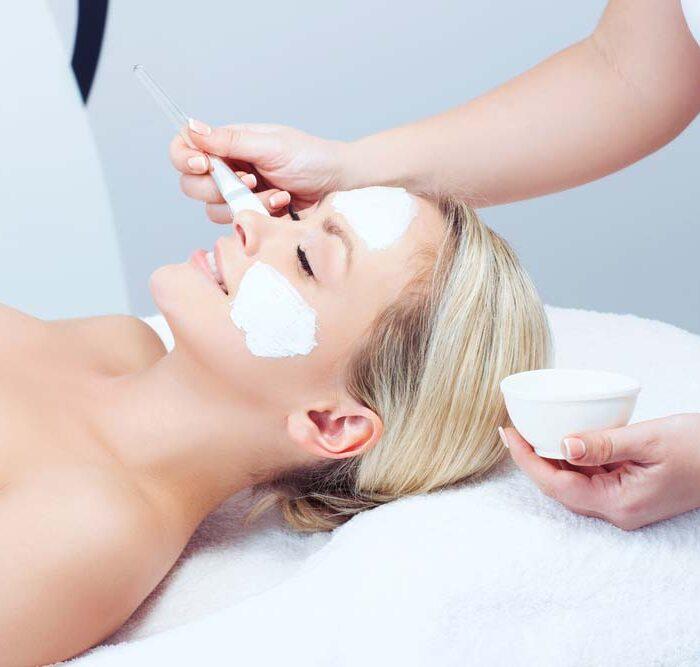 Unsere Kosmetikerinnen bieten medizinische Gesichtsreinigung und chemische Peelings an.